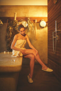 Young woman in spa salon Foto: AboutImages