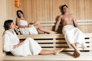 Frauen und Männer in der Sauna, Foto: nd3000
